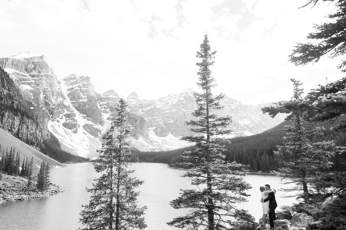 tara mcmullen photography toronto wedding photography banff wedding photographer moraine lake wedding banff national park elopement in banff intimate wedding photography documentary wedding photographer-008