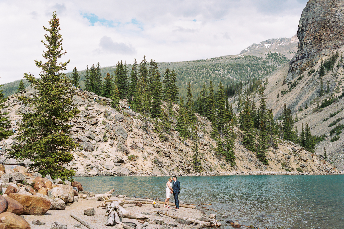 tara mcmullen photography toronto wedding photography banff wedding photographer moraine lake wedding banff national park elopement in banff intimate wedding photography documentary wedding photographer-011
