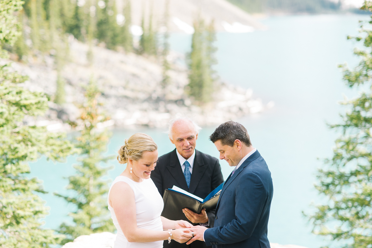 tara mcmullen photography toronto wedding photography banff wedding photographer moraine lake wedding banff national park elopement in banff intimate wedding photography documentary wedding photographer-020